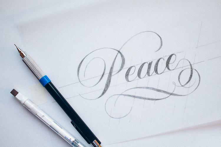 Caligrafía con florituras hecha con lápiz