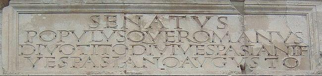 Arco Tito con inscripción letras romanas cuadradas