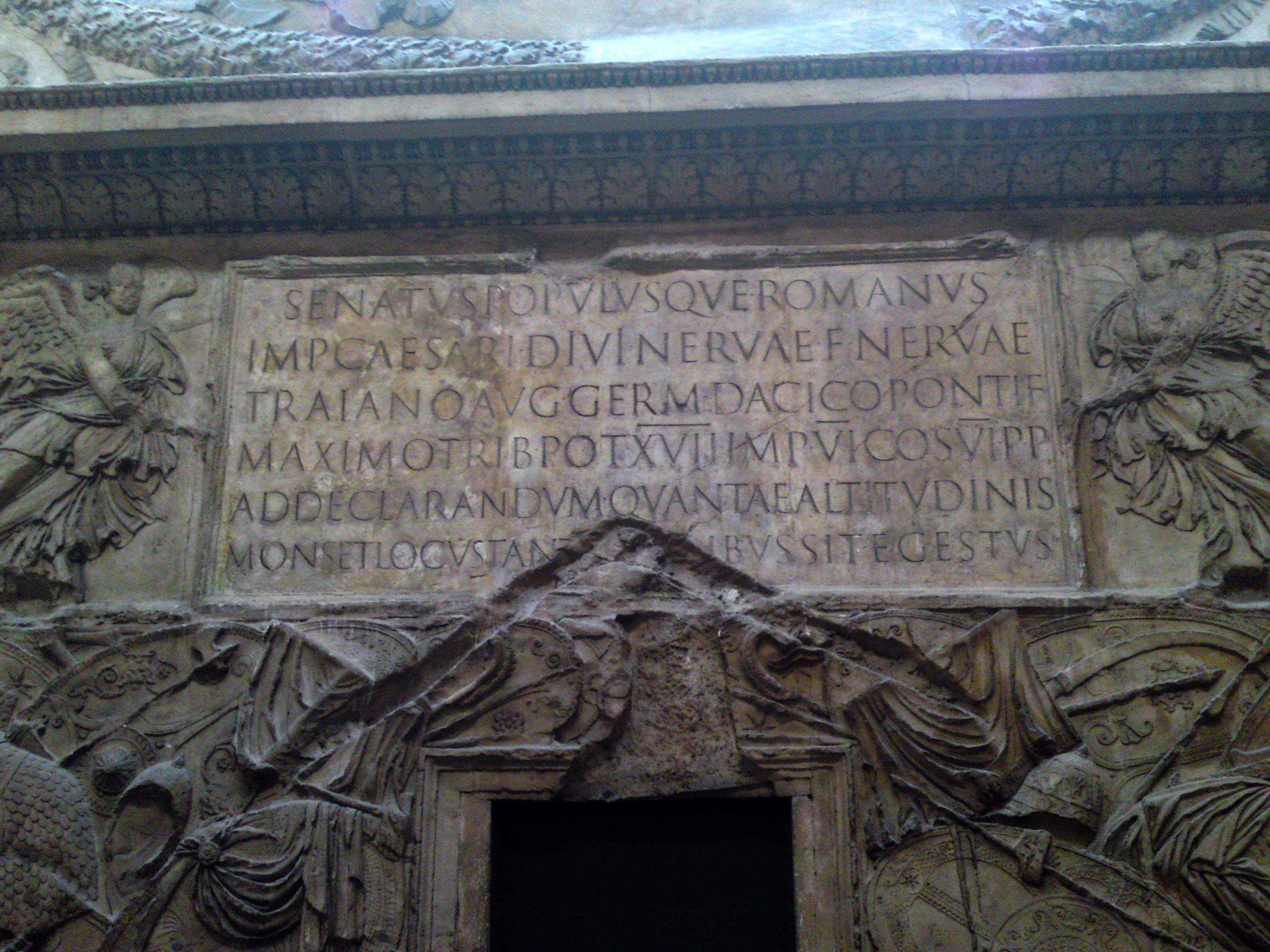 Columna trajana inscripción alfabeto romano original