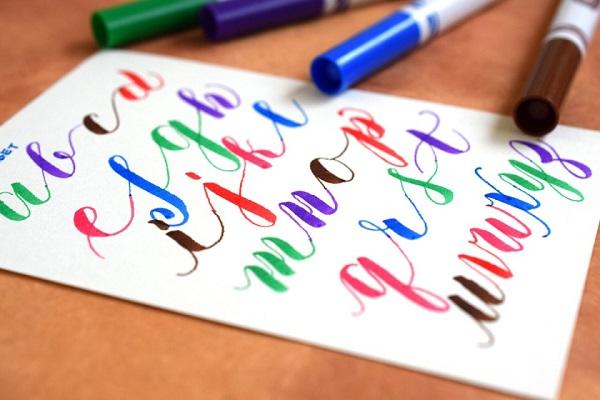 Caligrafía moderna brush script con rotuladores Crayola