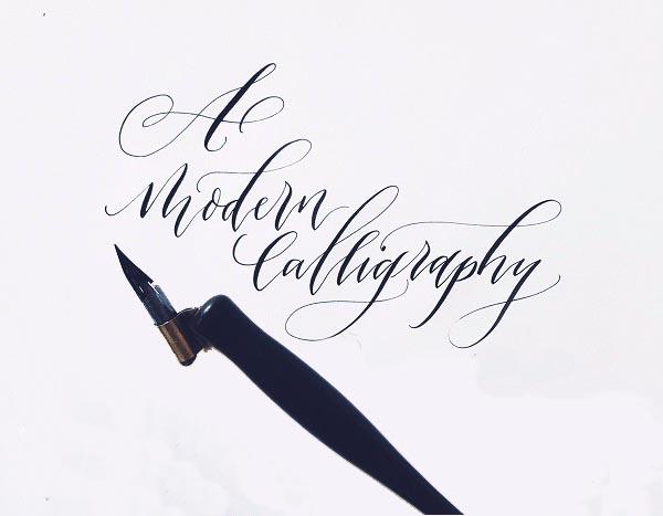 Caligrafía moderna con plumilla de punta flexible