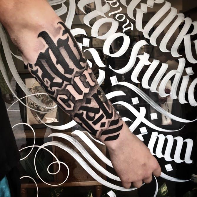 Tatuaje caligrafía gótica