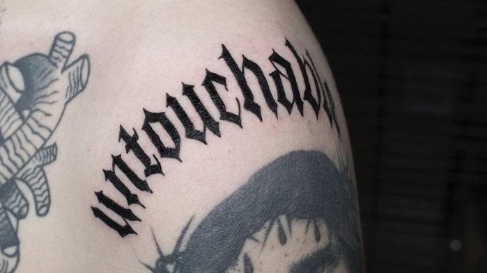 Tatuaje caligrafía gótica 10